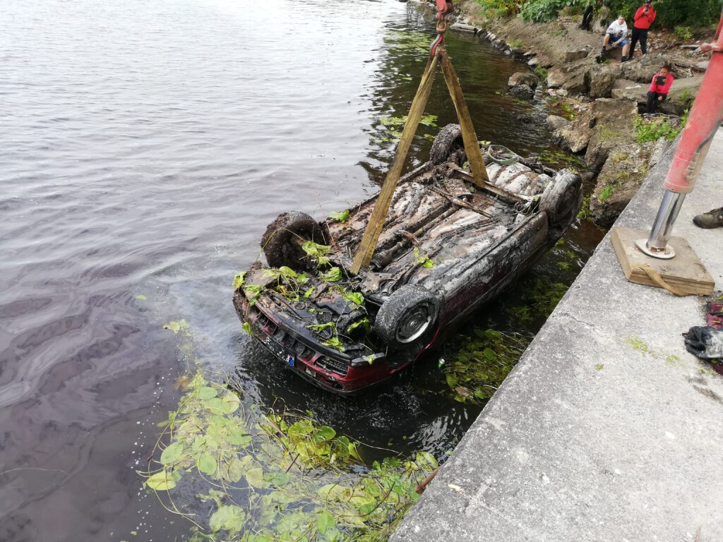 Pärnu jõest auto vintsimine